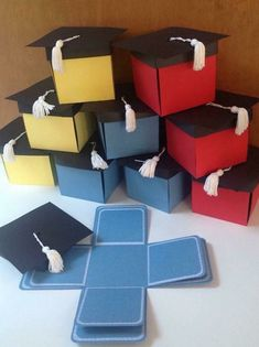 Pop-up graduation cap invitation box designed with black cap and white tassel on top. When the tasseled cap is removed, 8 interior panels fold down to display your own images. Kindergarten Graduation, Graduation Party Decor, Graduation Cards, Graduation Invitations, Graduation Bouquet, Graduation Celebration, Graduation Announcements, Exploding Box Card, Diy Cadeau