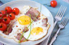 Sázená vejce sdomácí slaninou agrilovanými rajčaty – Jezte sláskou