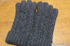 かぎ針で編むアラン模様の5本指手袋の作り方|編み物|編み物・手芸・ソーイング|ハンドメイドカテゴリ|ハンドメイド、手作り作品の作り方ならアトリエ Fingerless Gloves, Arm Warmers, Knitting Patterns, Winter, Fabric, Blog, Handmade, Model, Crocheting