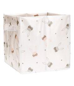 ¡Echa un vistazo! Caja plegable de almacenamiento con asas laterales. Medidas 28x28x28 cm. – Visita hm.com para ver más.