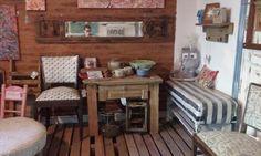sillas, bancos, mesa, ceramicas, objetos decorativos.