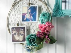 Home Idea & Gardening: 15 Creative DIY Picture Frames for Cool Walls – SkillOf. Home Idea & Gardening: 15 Creative DIY Picture Frames for Cool Walls – SkillOfKing. Hanging Frames, Hanging Photos, Photo Hanging, Faux Flowers, Paper Flowers, Cadre Photo Diy, Marco Diy, Cool Walls, Deco Mesh