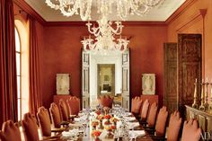 In the dining room, the bespoke chairs, covered in a Loro Piana linen, echo the swirls of the Seguso chandeliers.