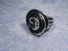Anell de filferro en tons clars amb perla negra. (Ref : FF-ANE-006) Preu : 6 €