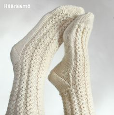 lace cable pattern for woolen socks + the instruction w/ clear pics (text in Finnish) Lace Socks, Knit Mittens, Crochet Slippers, Knitted Gloves, Knitting Socks, Woolen Socks, Sexy Socks, Knitting Magazine, Knitting Videos