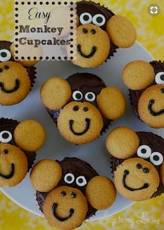 Monkey Cupcakes Monkey cupcakes for jungle baby shower - SO COOL - vanilla wafers and chocolate cupcakes.Monkey cupcakes for jungle baby shower - SO COOL - vanilla wafers and chocolate cupcakes. Jungle Party, Safari Party, Jungle Theme Parties, Jungle Theme Cupcakes, Jungle Theme Food, Baby Shower Jungle, Monkey Themed Baby Shower, Animal Theme Baby Shower, Jungle Snacks