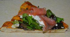 Pizza de brotes tiernos con queso de cabra y salmón ahumado