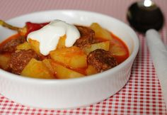 Recipe of the week: paprikás krumpli/potato paprikash Hungarian Cuisine, Hungarian Recipes, Hungarian Food, Traditional Pasta Recipe, Kiwi, Lunch Recipes, Vegan Recipes, Potato Pasta, Small Tomatoes