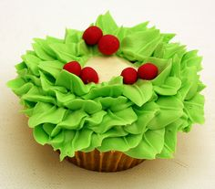 Christmas Wreath Cupcake. Great idea and I'd get to use the leaf piping tip!