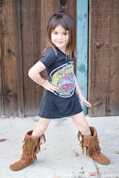 Make an old tee shirt into a dress for your little girl! She is so cute, I'm DYING! ummm @Nicholette Hall-Cappelletti? and @Melinda Culbertson?? Gimme your tees--im making these.