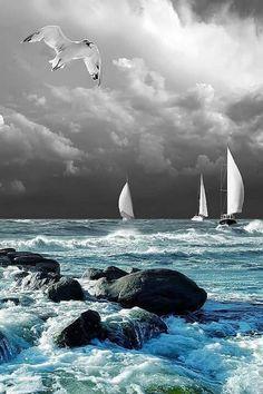 Mar azul, cielo amenazante...