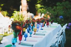 colorful glasses and napkins instead of a colorful tablecloth ...