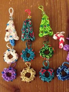 Christmas with the rainbow loom ng White Rainbow Loom Bands, Rainbow Loom Charms, Rainbow Loom Bracelets, Rainbow Loom Christmas, Loom Love, Fun Loom, Rainbow Loom Patterns, Rainbow Loom Creations, Rubber Band Crafts