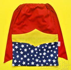"""CRIAÇÃO POR AMARÍLIS ATELIER! <br> <br>Mochila Infantil tipo """"Saquinho"""" com o Modelo Mulher Maravilha <br>Tema Liga da Justiça <br> <br>Fechamento Prático! <br> <br>Blusa Vermelha <br>Short Azul Marinho com Estrelinhas Brancas <br>Cinto Amarelo <br>Cadarço Branco <br> <br>O modelo Mulher Maravilha está disponível nas versões com ou sem capa vermelha! <br>- SEM CAPA: R$ 12,50 cada <br>- COM CAPA: R$ 14,50 cada <br> <br>Ao fazer o pedido, avise-nos da escolha para ajustarmos o valor. <br…"""