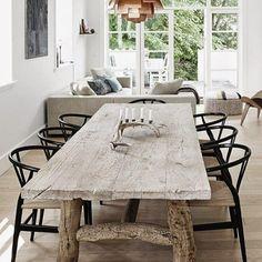 Mesa de comedor con patas de madera #rústico #salones