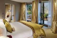 classy-blue-and-gold-bedroom-ideas-white-bed-with-yellow-blanket-hotel-style-pictures.jpg (1024×682)
