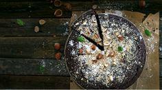 Oříškovo-čokoládový koláč Foto: Gurmet Acai Bowl, Christmas Bulbs, Holiday Decor, Breakfast, Food, Acai Berry Bowl, Morning Coffee, Christmas Light Bulbs, Essen