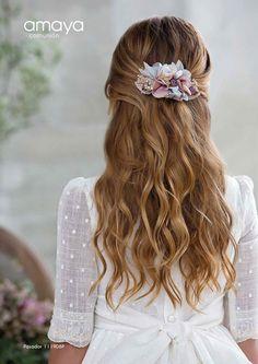 Colección Pompeya 2018 Amaya comunión   El Bosque Christening Hairstyles, Communion Hairstyles, Fancy Hairstyles, Girl Hairstyles, Cadeau Communion, Hair Express, Romantic Wedding Hair, Communion Dresses, Floral Hair