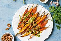 Pečenou mrkev si nejvíce vychutnáte jako lehkou chuťovku. Sladkost mrkve v tomto receptu doplňuje svěží petrželkové pesto provoněné praženými vlašskými ořechy. Pokud máte rádi neotřelé kombinace chutí, tento pokrm vás jistě osloví. #mrkev #pesto #petrzelkovepesto #vecereztrouby #orechy #pecenamrkev Pesto, Carrots, Vegetables, Food, Essen, Carrot, Vegetable Recipes, Meals, Yemek