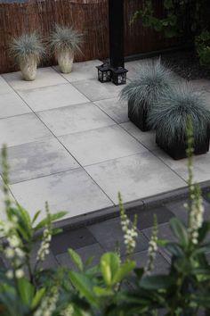 Terratops grijs en zwart. Een nieuw budgetvriendelijk product van hoogwaardige kwaliteit. Met deze stenen kunt u een uniek en duurzaam terras aanleggen. Deze tegel is beschikbaar in maar liefst 5 verschillende kleuren: Kenia, Safari, Grijs/zwart (hier zichtbaar). grijs en antraciet.