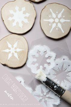 Mit Schablonen lassen sich Baumscheiben mit der natürlichen Kreidefarbe von Coucou Couleur schön winterlich dekorieren. Die Baumscheiben können entweder mit Öl eingelassen werden und als Untersetzer verwendet oder mit einem Loch versehen als Anhänger für Geschenke oder winterliche Zweige schmücken! #Baumscheiben #shabbychic #landhausstil #Shabby Chic #Kreidefarbe #streichen #diy #xmas #Weihnachten #Weihnachtsdeko #Geschenkideen #Weihnachtsgeschenke #Basteln #Selbermachen #Untersetzer…