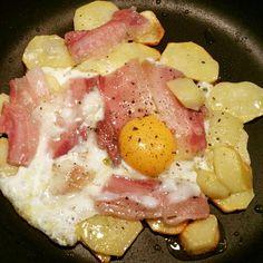 Piatto dello scalatore. Omaggio alle Dolomiti. Uova su letto di patate arrosto e pancetta. Pepe nero per finire.