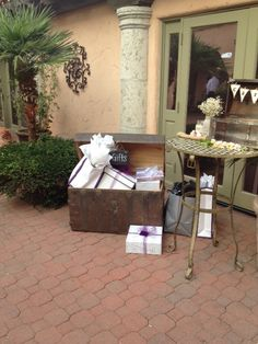 How about a trunk for your gifts? We love the idea for a vintage themed wedding! #aldeaweddings