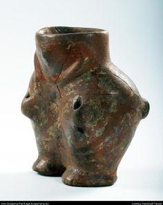 Vase anthropomorphe, -6000 avant J.C. - Néolithique - Culture Kremikovtzi, trouvé à Pazardjik : un corps femelle creux (la tête et le buste manquent, probablement qu'ils représentaient le couvercle). Certains endroits semblent peints avec peinture blanche ornementale. Surface engobée en rouge. - Maya Avramova. Haut 13 cm, diam. à l'embouchure 6,5 x 5,5 cm. Musée historique rég. de Pazardjik, Bulgarie. Copyright Nikolay Genov, http://bulgarianheritage.bulgariana.eu/jspui/handle/pub/365