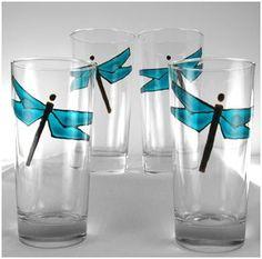 Materiales: - Vasos de cristal transparente - Pintura adherente para vidrio - Pinceles - Laca - Cartulina
