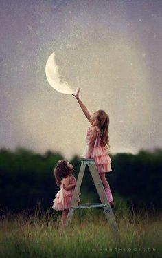 Schau' Schwesterlein, ich kann den Mond greifen . Wow ...