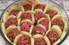 """Νόστιμη συνταγή μαγειρικής από """"Gianna Ppx-ΣΥΝΤΑΓΕΣ"""" Υλικά: 1 λευκό κρεμμύδι μοσχαρίσιο κιμά 1 κ.γ ψιλοκομμένο μαϊντανό πάπρικα τριμμένη μοτσαρέλα μπεσαμέλ αλάτι πιπέρι Για τη μπεσαμέλ: 5 κ.σ βούτυρο 4 κ.σ αλεύρι για όλες τις χρήσεις 4 κούπες γάλα 2 κ.γ αλάτι 1/2 κ.γ κύμινο ΕΚΤΕΛΕΣΗ: Αρχικά φτιάξτε την μπεσαμέλ. Beef Recipes, Cooking Recipes, Easy Recipes, Sauce Béchamel, Sliced Potatoes, Boil Potatoes, Baked Potatoes, Bechamel Sauce, Glass Baking Dish"""
