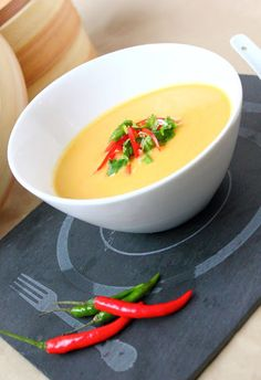 Soupe thaï - courge, curry et lait de coco (mijoteuse)- Thai Soup, squash, curry, and coconut milk (slow cooker) Asian Recipes, Healthy Recipes, Ethnic Recipes, Meal Plans To Lose Weight, Homemade Soup, Soul Food, Street Food, Food Inspiration, Soup Recipes