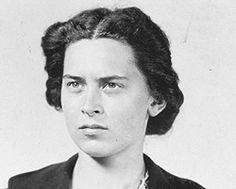 Dit is de moeder van Lex. Tenminste, ik denk dat ze er ongeveer zo heeft uitgezien. Eerst is ze net zo voor de Duitsers als haar man, maar later als ze hoort over de gruweldaden, kreeg ze  veel spijt.