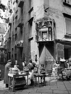 size: Photographic Print: Market in Slums of Naples by Alfred Eisenstaedt : Subjects Naples, Napoli Italy, Vintage Italy, Black And White Aesthetic, Best Friend Tattoos, Vintage Pictures, Vintage Photographs, Black And White Photography, Old Photos