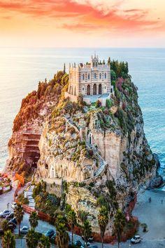 Santa Maria dell'Isola in Tropea ist ein imposante Kathedrale auf einem Berg. Erfahrt hier mehr über das Prachtstück an der italienischen Mittelmeerküste.