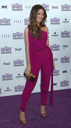 Kate Beckinsale apostó por un mono fucsia y con escote asimétrico de DIANE VON FURSTEN BERG.