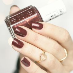 Essie Ready to boa getting groovy winter collection nailpolish • red brown with copper shimmer • #essie #readytoboa