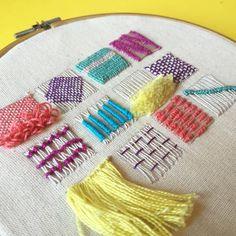 """369 Me gusta, 17 comentarios - Tour de Bordado (@tourdebordado) en Instagram: """"Domingo de puntaditas de tejido en mini bordado ✂️✨ #tourdebordado"""" Embroidery Sampler, Hand Embroidery Stitches, Embroidery Techniques, Ribbon Embroidery, Embroidery Art, Cross Stitch Embroidery, Embroidery Patterns, Crazy Quilting, Creative Textiles"""