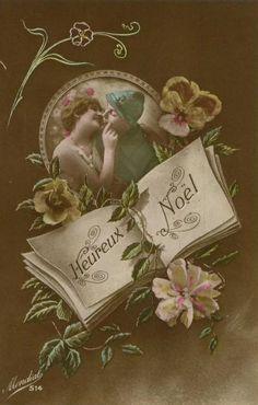 """""""HEUREUX NOËL"""" En cette veille de centenaire, nous nous associons aux Poilus de 1914 pour vous souhaiter de bonnes fêtes de fin d'année. Ces cartes de Noël très kitsch ne seront envoyées qu'à la fin de 1914. Dès 1915, la population est consciente que ce conflit ne ressemblera à aucun autre : la guerre sera """"totale"""" et beaucoup plus meurtrière que celles du passé..."""