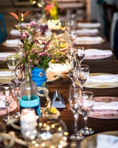 Amor por mesa comunitária? Sim. É uma ótima opção pra aproximar convidados. Adoramos fazer um caminho de lindezas. Tem suporte de flores com a estampa do convite, tem luzinhas, tem corda, tem sousplats com estampas exclusivas. Tem a cara do casal #ohlindeza #conceptwedding #wedding #casamento #casamentoexclusivo #direcaodearte #identidadevisual #weddingdecor #decoracaodecasamento #flores #flowers #weddinginspiration #flowerarrangement #floraldesign #estampa #casamentonapraia #casarnapraia