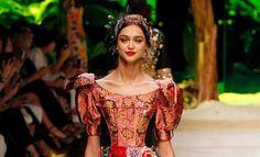 Aplicações de bordados e pedrarias no estilo Dolce & Gabbana para o verão 2017