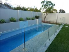 Pool fences are ideal for privacy and protection. But you can still have fun setting up your pool fence. Here are 27 Awesome pool fence ideas ! Small Backyard Pools, Swimming Pools Backyard, Swimming Pool Designs, Backyard Landscaping, Pool Fence, Backyard Fences, Pool Paving, Stock Tank Pool, My Pool