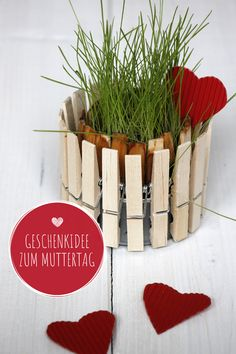DIY: flowerpot made of clothespins DIY flower pots made of clothespins: Crafting with clothespins is easy and fun. The can upcycling idea can be easily ti Diy Crafts Love, Upcycled Crafts, Valentines Day Gifts For Him, Valentine Day Crafts, Flower Pot Crafts, Flower Pots, Easy Christmas Crafts, Simple Christmas, Diy Clothes Pegs