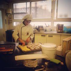 @raquelvig8 disfrutando con sus pasteles en las #practicas de #panaderia
