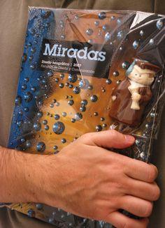 Chocolate de egresado entregado como premio en la UP junto con el libro Miradas.