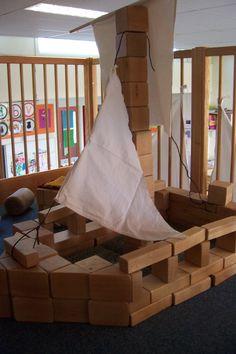 """Een boot voor Woeste Willem. Blokken (bouwstenen, halve stenen, kuben en kwart kuben) van de """"Haagse set"""" Pirate Activities, Block Center, Pirate Crafts, School Themes, Sailboat, Strand, Projects To Try, Decor, School"""