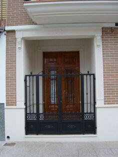 Decore la entrada de su casa de un modo distinto y elegante haciendo de la entrada principal su tarjeta de presentación arquitectónica. Columnas, dinteles, molduras y aplacados harán tal cometido sin límites.