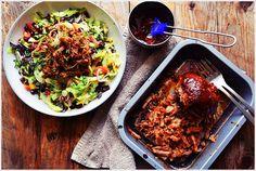 PULLED PORK SALAT - Eine super Salatvariante, gerade im Sommer. Frischer knackiger Salat trifft zartes, gezupftes Schweinefleisch.