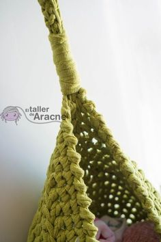 Crochet pattern translation of a really easy-to-do hanging basket. Crochet Crafts, Easy Crochet, Crochet Baby, Free Crochet, Knit Crochet, Christmas Crochet Patterns, Crochet World, Hanging Baskets, Single Crochet