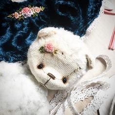 И все таки без цветочка на мишке не обошлось)) решила дополнить наряд малюсенькой шелковой розочкой на головке.. все таки девочка☺️ #littedress #bearteddy #bear #teddybear #rose #silkroses #silkrose #rokkoko #розы #роккоко #вышивка #вышиваю #мишка #мишенька #миртедди #тедди #теддик #теддимир